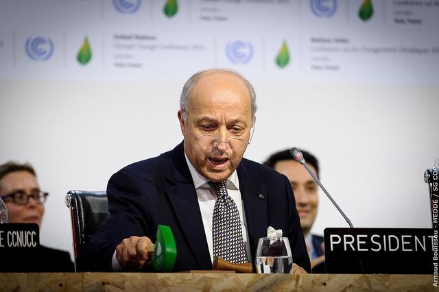 Le président de la COP21 Laurent Fabius adopte formellement l'Accord de Paris d'un ultime coup de marteau