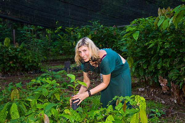 Barbara Steudler, directrice de l'association, dans la pépinière de Lapetanha.  Elle y découvre les avancées du projet NiceForest. Merci pour vos parrainages !