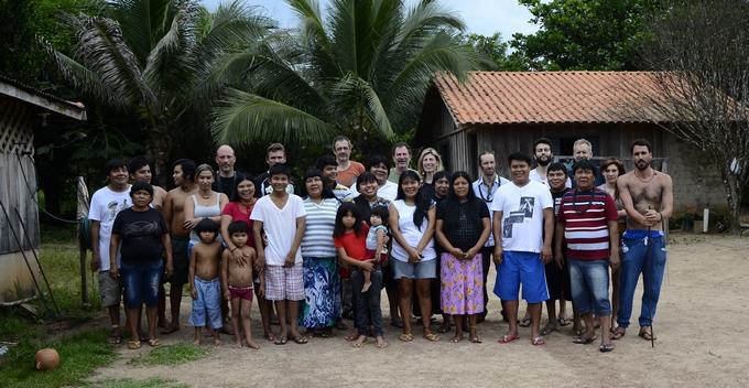 photo-collective-chez-les-surui-en-amazonie-gameb-et-cabane-basse-qualite